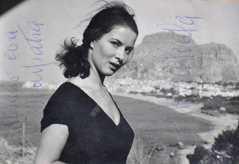 Delia Scala, sullo sfondo il panorama di Cefalù